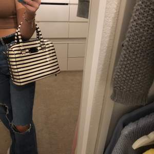 Så fin randig lackad handväska med avtagbart band som tyvärr inte kommer till sin användning 💕💕