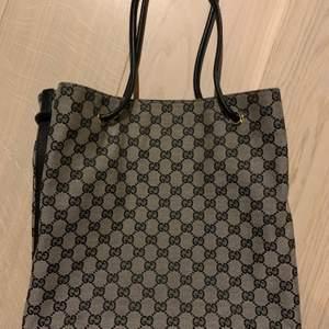 denna gucci väska handlade från foxtown i Schweiz för några år sedan, knappt används.  handtag och botten är gjord av läder.  inget kvitto kvar, ingen dammpåse.  om du tvivlar på det.  du kan be myndigheten att identifiera och jag kommer att betala avgiften om resultatet är falskt.