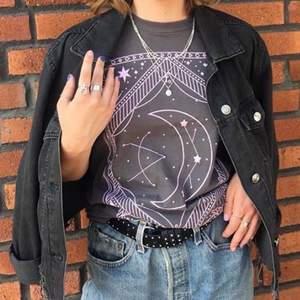 Superfin jeansjacka i en svart/grå färg, använd men i bra skick! Frakt tillkommer✨💛