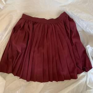 En vinröd/Burgundy tennis inspirerad kjol (veckad kjol) strl 38 (M) använd 1 gång sedan tidigare. Köparen står för frakten