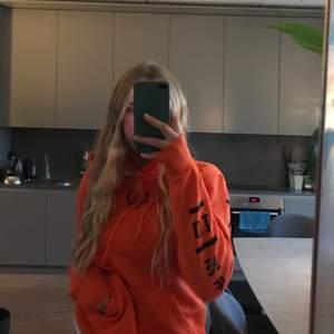 En orange hoodie från hm. Jättesnygg och super skönt material inuti, men har en till orange så säljer denna🤩 Den är i storlek xs och har svart text på sidorna o lite på framsida. Använd en gång och köpte den för 300kr. BUDA I KOMMENTARERNA! (Om du köper direkt kan du få den för billigare❤️❤️)