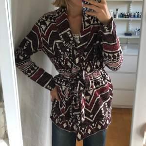 Säljer min jättefina kimono från Esprit då den inte kommer till användning! Den är i jättefint skick. Går att styla på olika sätt, tex kan man ta av skärpet/bandet i midjan för en mer casual look. Nypris 600/700kr.