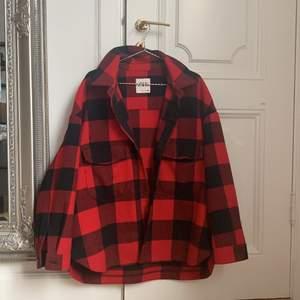 """säljer min röda jacka från zara från förra året i bra skick. samma modell som den """"typiska"""" gröna/vita jackan från zara."""