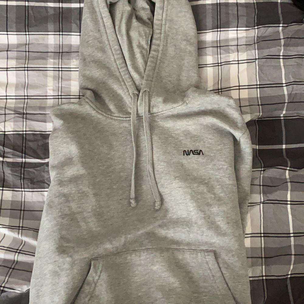 Säljer en ljusgrå NASA hoodie som jag använt ett par gånger men som blivit för liten för mig. Budning från 30kr. Huvtröjor & Träningströjor.