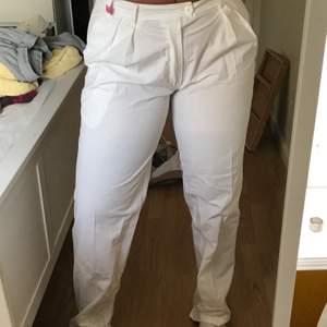 Vita byxor av tunnare material. Köpta för ett år sedan och är nu för små för mig. Har trots den vita färgen inga fläckar :) jag möts upp i Stockholm  annars står du för frakt <3