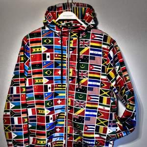 (vid snabb affär kan jag gå ner i pris) En tunn, asball jacka/tröja med massor av flaggor! Köpt i Miami USA men används inte (2-4 gånger). Den har två framfickor. Kan mötas upp och frakta (gratis frakt)