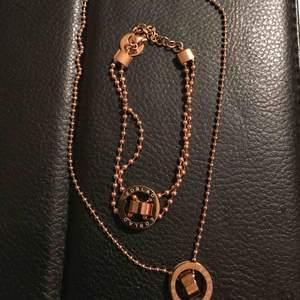 Armband och halsband färg är roseguld