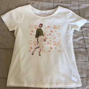 Säljer en jättesnygg t-shirt med tryck på från märket Calliope, säljer pga att den används för lite . Jag möts upp i Stockholm eller fraktar mot att köper betalar fraktkostnaden 😁