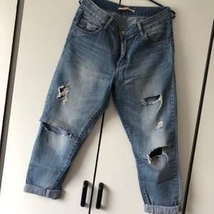 Jeans med hål på knä och lår. Storlek 38. Köparen står för frakt. 👖
