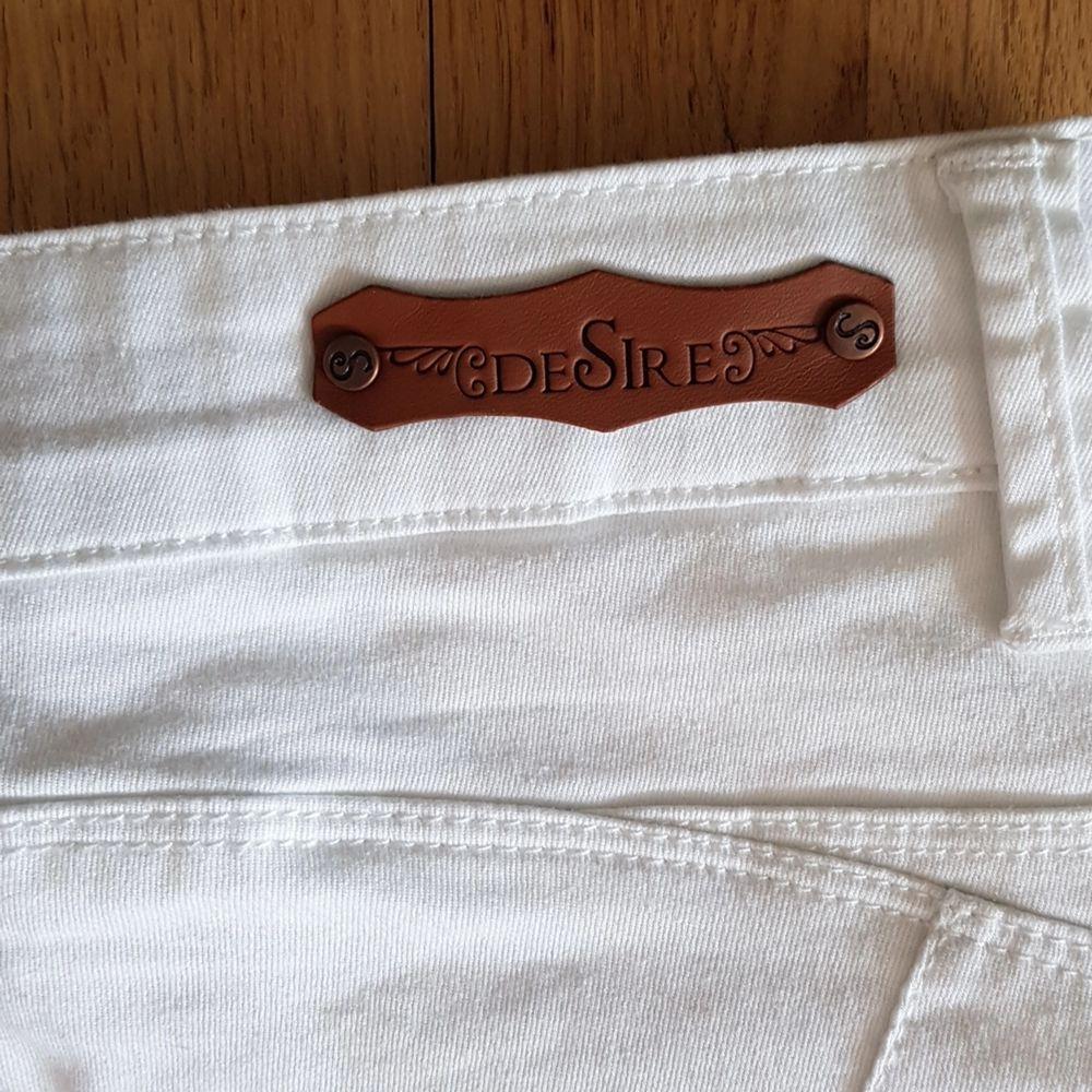 Vita vadlånga stretchjeans i fint skick. . Jeans & Byxor.