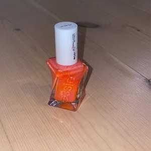 Ett nagellack från Essie i coral färg.