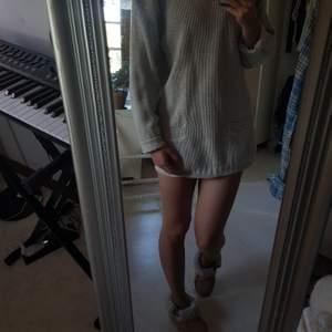 En supermysig beige kofta/klänning. Kan såklart även användas som tröja ifall den viks upp! PRIS KAN DISKUTERAS 🧡💛💙💙💚🧡💕💛