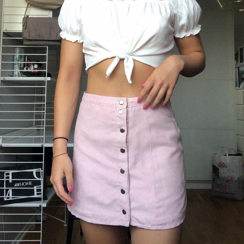 Så fin kjol från h&m i en ljusrosa färg (nypris 400kr) 💖 materialet är mockaliknande! Storlek 38 men passar både 36 & 38. Kjolen kan vridas så att knapparna hamnar fram (bild 1) istället för åt sidan. Frakt 59kr💗 . Kjolar.