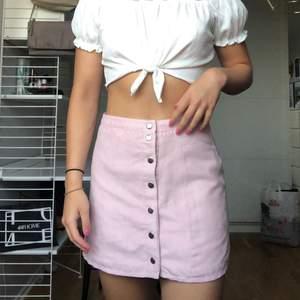 Så fin kjol från h&m i en ljusrosa färg (nypris 400kr) 💖 materialet är mockaliknande! Storlek 38 men passar både 36 & 38. Kjolen kan vridas så att knapparna hamnar fram (bild 1) istället för åt sidan. Frakt 59kr💗