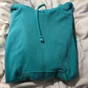 Kollar intresset på min hoodie från weekday. Om fler är intresserad buda gärna privat😊 nypris: 400, köparen står för frakten💞