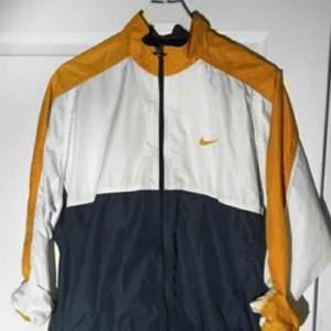 En jättefin vintage Nike vindjacka, köpt här på plick för ett tag sedan men tyvärr inte kommit till användning. Lätt oversize. Frakt tillkommer!🌻🌻