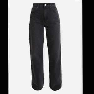 Sett par svarta wide jeans från top shop. Aldrig använt. Storleken ligger mellan M-L, för mig som har storleken M var dessa jeans förstora för mig. Frakt tillkommer  Nypris: 500kr  Säljer för: 250kr