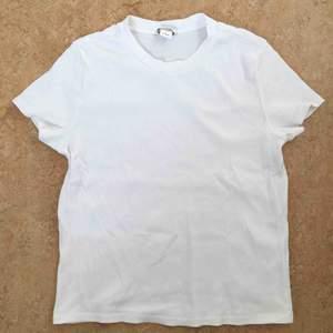 Vit ribbad T-shirt med rundad hals från Monki. Något mindre i modellen, större S eller mindre M. 97% bomull och 3% elastan.  Använd ett fåtal gånger.  Kan mötas upp alt. skicka.