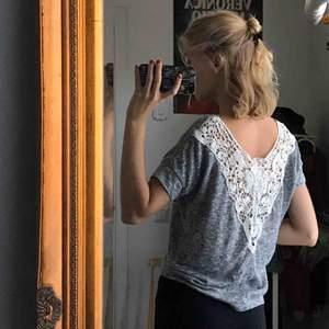 Gråmelerad t-shirt med fin spets i ryggen från ett franskt märke vid namn Jennyfer!