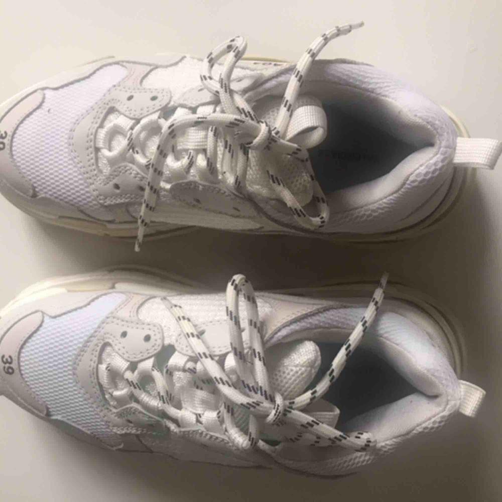 Balenciaga Triple S skor säljes. Har använts ett fåtal ggr och har inga skador eller märken. Köpta på Browns.. kvitto och originalbox finns samt svarta snören. . Skor.