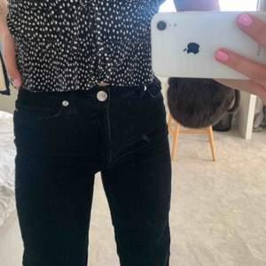 Raka Manchester byxor från Monki, så trendiga och snygga!!!🤯🤯 Frakt tillkommer📦