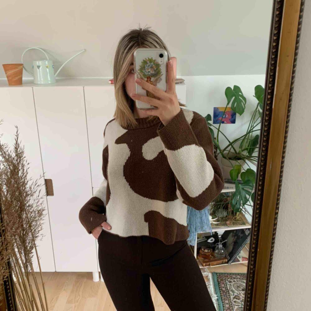Sååå fin ko-mönstrad tröja från weekday!! Älskar men har en till så säljer denna . Stickat.