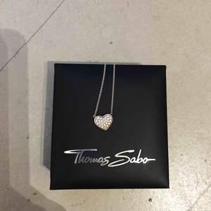 Thomas Sabo-halsband i äkta silver (se baksidan). Knappt använt, nyskick. Normallångt. Pris nytt 900 kr   Kom gärna med egna prisförslag ❤️!!