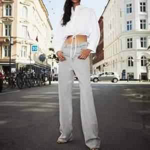 Gråa raka jeans i mycket bra skick. Dessa är stretchiga, strl 38 men har klippt av någon centimeter så passar 167-170cm. Köparen står för frakt annars möts jag upp i Uppsala. Vid snabb affär går de att få bättre pris.
