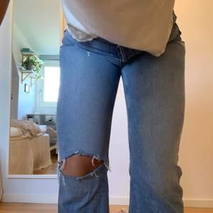 Ljusa jeans från Zara! Så fin modell, fransade nertill, hål på höger knä och lite slitningar upptill, har tyvärr för många liknande🥺💗 buda i kommentarsfältet!