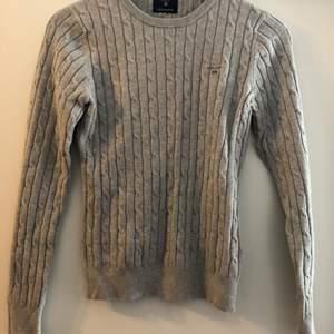 En superfin knappt använd grå kabelstickad gant-tröja. Storlek 170 (XS). Bra pris vid snabb affär!