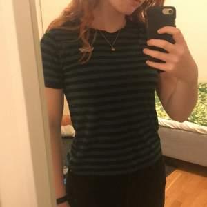 Svart/grön randig t shirt från vans. Mycket använd men fint skick! Säljes pga passar inte längre. Kan mötas upp i Göteborg, annars står köparen står för frakten🌸✨