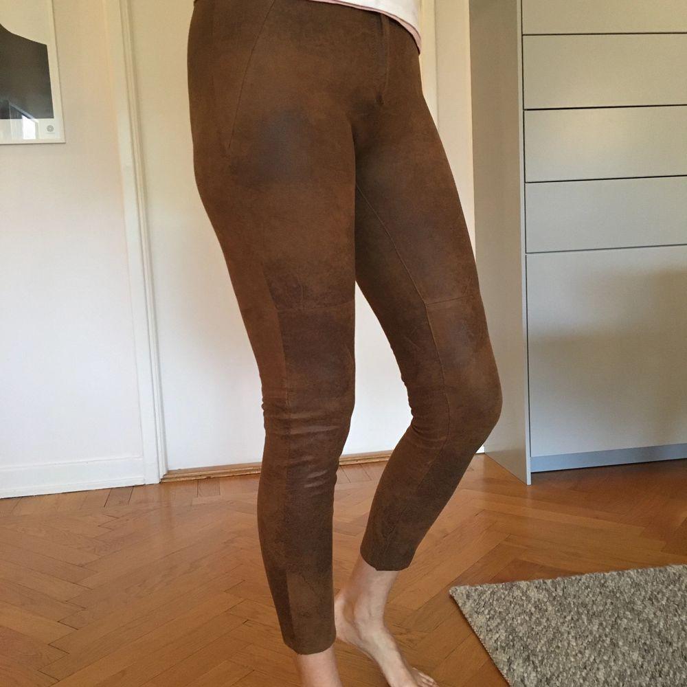 Fina mokkaliknande leggings/byxor inköpta på Zara. Använda mycket lite. Säljer pga att de är för små för mig. Ev fraktkostnad tillkommer. . Jeans & Byxor.