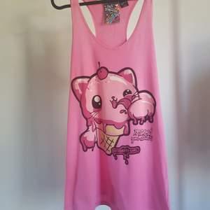 Supergulligt rosa linne eller klänning med tryck. Säljes då den aldrig används. Storlek S (upplever den stor i storleken). Frakt ingår.