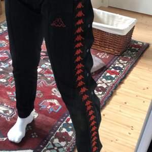Knapparna går att knäppa upp längst benet! Byxorna är unisex så funkar för alla, jag är 162!