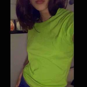 Grön loose futtig t shirt. Passar de flesta storlekarna beroende på hur man vill att den ska sitta