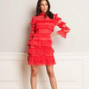 En jättefin klänning från by malina i den perfekta coral färgen, använd endast en gång, nypris 1995kr