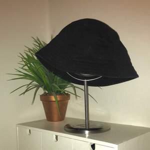 Svart bucket hat från monki, nypris 150:- skulle säga att den passar alla huvuden. Kan frakta eller mötas upp i sthlm. Tipsar om att man kanske kan måla på den det skulle vara ascoolt ju!