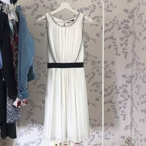 Fin vit klänning som går in i midjan och är öppen i ryggen. Endast använd en gång på en skolavslutning, väldigt bra skick. Storlek XS men skulle säga att den passar S också. Frakt 66kr