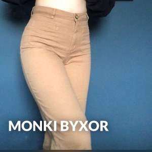 Skitsnygga beiga/ljusbruna byxor från monki i storlek 34 (ungefär en XS) 💕✨ Originalpris: Ungefär 300-400 kr (minns inte riktigt)