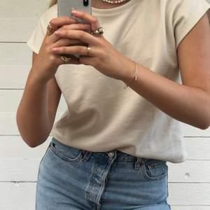 T-shirt från NA-KD i en superfin beige färg. Använd ett fåtal gånger och passar till det mesta. Materialet är jättefint och gediget. Hör av er vid intresse! 💞