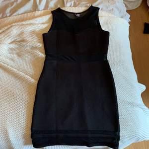 Tajt skön svart klänning från HM, möts i Karlstad skickar inte på posten.