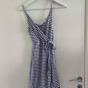 Vit o blå randig omlottklänningen, från hm, xs, använd få gånger