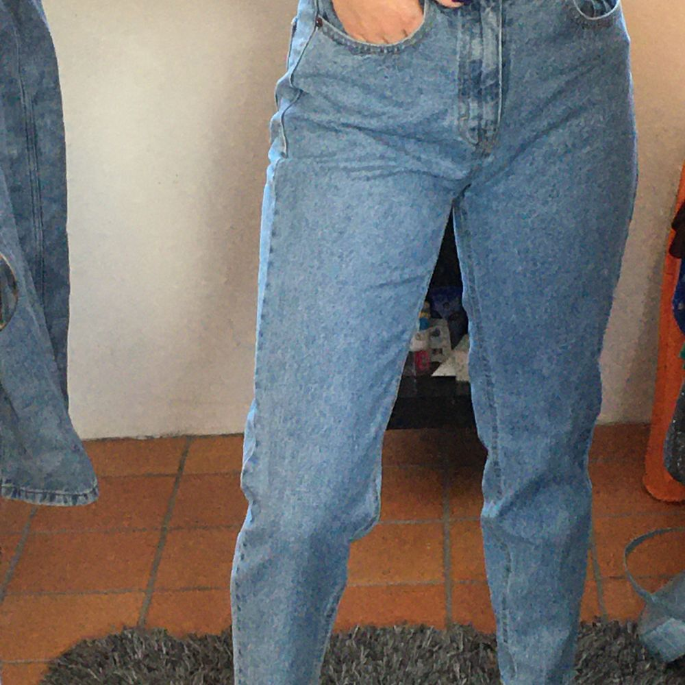 Mom jeans från Pull&bear, använda ca 2-3 gånger. Säljer då de inte riktigt är min stil🦋. Jeans & Byxor.