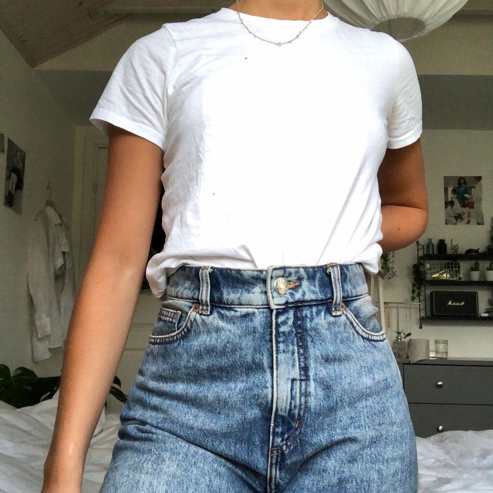 Blåa tvättade momjeans från Monki. Väldigt bekväma! Knappt använda. Storlek 25/26 i midjan och lite lite kortare i modellen. Kan mötas upp i Malmö annars står köparen för frakt❤️. Jeans & Byxor.