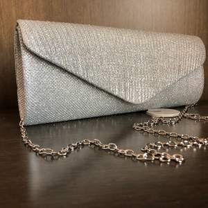 Elegant väska silverfärgad köpt i Dubai.
