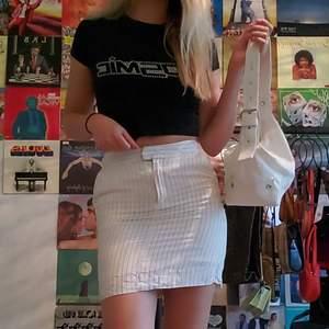 Fin second hand kjol! Den är ostruken pga har inget strykjärn, så det är därför den är lite skrynklig längst ner i kanten. Frakt ingår i priset 🎀 Först till kvarn