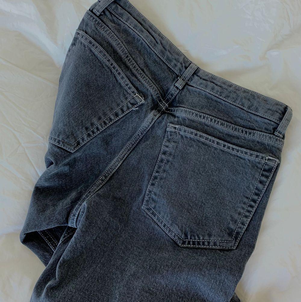 Riktigt snygga Jeans från Topshop! Raka med en slits längst ner. Jag som har storlek 36 tycker dom är lite små och passar bättre om man är strl 34 eller mindre! Köpt för ca 600kr.  Storlek: w28 L32. Jeans & Byxor.