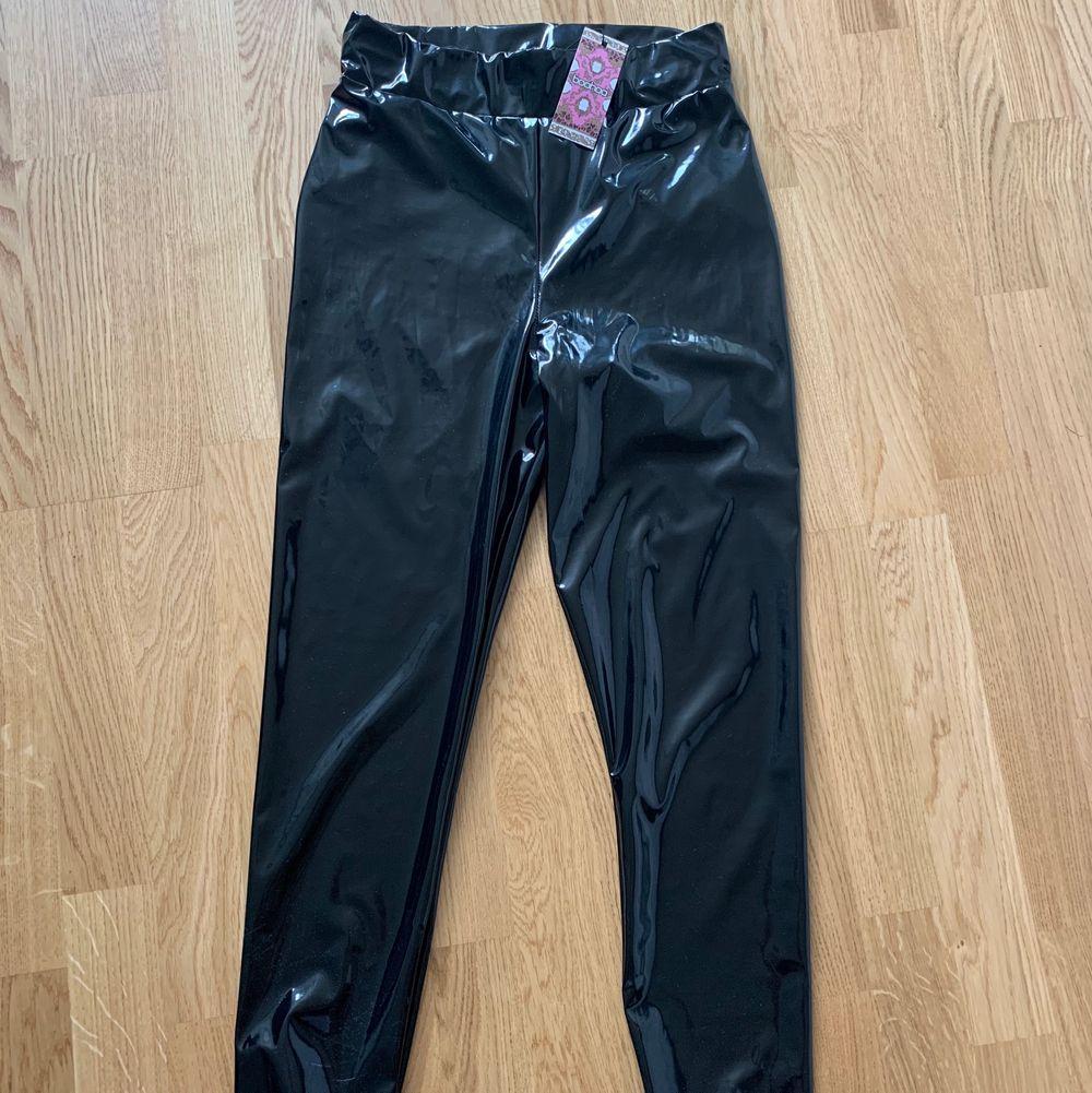 Svarta lack-tights från boohoo. Prislapp kvar så är aldrig använda. Storlek 36. 200 inklusive frakt.. Jeans & Byxor.