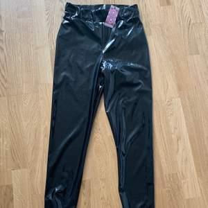 Svarta lack-tights från boohoo. Prislapp kvar så är aldrig använda. Storlek 36. 200 inklusive frakt.
