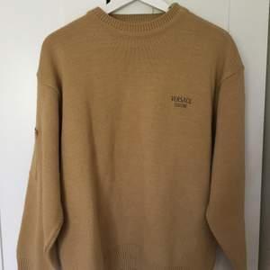 Versace stickad sweatshirt i beige färg! Storlek L men passar som oversize också.